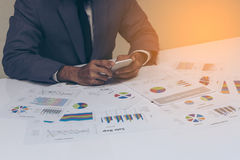 Geschäftsleute übergeben das Arbeiten mit einem Smartphone auf weißem Tabellenhintergrund Lizenzfreies Stockfoto
