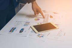 Geschäftsleute übergeben das Arbeiten mit einer Tablette auf weißem Tabellenhintergrund Lizenzfreies Stockbild