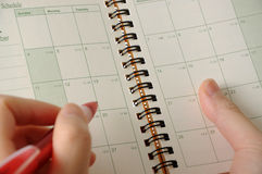 Geschäftsleute überprüfen seine Zeitplanzeit stockfotografie