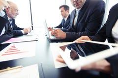 Geschäftsleute Analysieren finanziell lizenzfreies stockbild