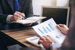 Geschäftsleute arbeiten im Büro, Darstellung vor Lizenzfreie Stockfotografie