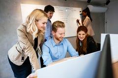 Geschäftsleute arbeiten im Büro zusammen Lizenzfreie Stockbilder