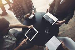 Geschäftsleute arbeiten zusammen mit Laptop und Tablette Konzept der Teamwork und des Starts lizenzfreies stockfoto