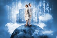Geschäftsleute auf die Welt mit Datenserver Lizenzfreie Stockfotos