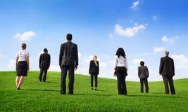 Geschäftsleute auf einem grünen Gebiet Lizenzfreies Stockfoto