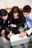 Geschäftsleute auf einem Laptop Stockfoto