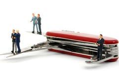 Geschäftsleute auf Taschenmesser stockbild
