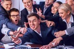 Geschäftsleute Büro Teamleute sind mit ihrem Führer unglücklich Stockbild
