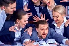 Geschäftsleute Büro Teamleute sind mit ihrem Führer unglücklich Lizenzfreie Stockfotos