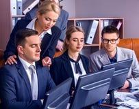 Geschäftsleute Büroleben von den Teamleuten, die mit Computer arbeiten Stockfoto