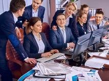 Geschäftsleute Büroleben von den Teamleuten, die mit Computer arbeiten Stockfotos