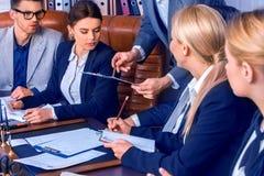 Geschäftsleute Büroleben von den Teamleuten, die mit Papieren arbeiten Lizenzfreie Stockbilder