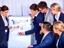 Geschäftsleute Büroleben von den Teamleuten, die mit Papieren arbeiten Lizenzfreies Stockbild