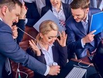 Geschäftsleute Büroleben von den Teamleuten, die mit Papieren arbeiten Stockfotos