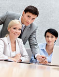 Geschäftsleute behandeln die Ausgabe Stockbilder