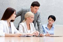 Geschäftsleute behandeln ihre Arbeit Lizenzfreie Stockfotos