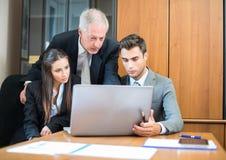 Geschäftsleute bei der Arbeit in ihrem Büro stockfoto