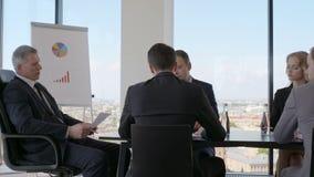 Geschäftsleute bei der Sitzung stock video