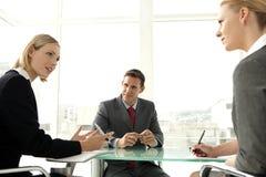 Geschäftsleute bei einer Sitzung Lizenzfreie Stockfotos