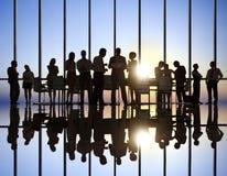 Geschäftsleute bei Sonnenuntergang Lizenzfreie Stockfotografie