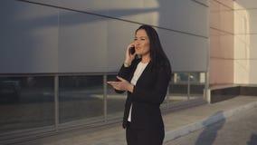 Geschäftsleute beim Arbeiten nahe Bürogebäude stock video footage