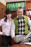 Geschäftsleute beim Bürolächeln Stockfoto