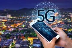Geschäftsleute benutzen Telefone der globalen Kommunikation im System 5g Stockfotos