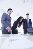 Geschäftsleute besprechen Berichte Stockfotografie