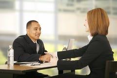 Geschäftsleute bilden ein Abkommen Stockbild