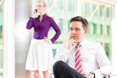 Geschäftsleute - Chef und Sekretär im Büro Stockfotografie