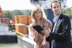 Geschäftsleute an den Docks   Stockfotos