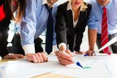Geschäftsleute in der Bürofunktion als Team Stockfoto