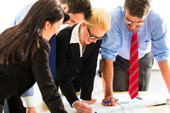 Geschäftsleute in der Bürofunktion als Team Stockbild