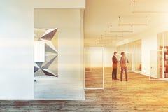 Geschäftsleute in der bunten Wandbürolobby Lizenzfreies Stockfoto