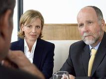 Geschäftsleute in der ernsten Diskussion am Restaurant Lizenzfreies Stockbild