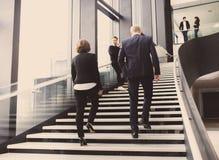 Geschäftsleute an der Halle des Bürogebäudes Lizenzfreie Stockfotografie
