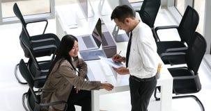 Geschäftsleute, die über Diagramm sich besprechen stock footage
