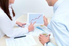 Geschäftsleute, die über die Erfolgsverkäufe behandeln Lizenzfreie Stockfotos
