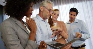 Geschäftsleute, die über Laptop sich besprechen stock footage