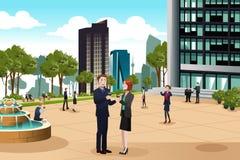 Geschäftsleute, die außerhalb ihres Bürogebäudes sprechen Lizenzfreies Stockbild
