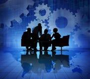Geschäftsleute, die auf der dröhnenden Welt wirtschaftlich sich treffen