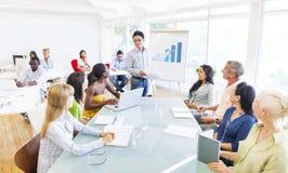 Geschäftsleute, die auf die Diskussion planen und hören