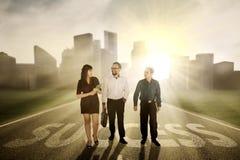 Geschäftsleute, die auf Erfolgswort gehen Lizenzfreie Stockbilder