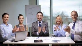 Geschäftsleute, die auf Sitzung applaudieren stock video footage