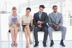 Geschäftsleute, die auf Vorstellungsgespräch im Büro warten stockbild