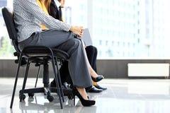 Geschäftsleute, die auf Vorstellungsgespräch warten stockbild