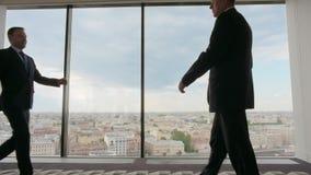 Geschäftsleute, die in Büro gehen stock video