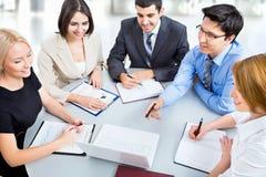 Geschäftsleute, die bei der Sitzung arbeiten Stockfotografie