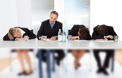 Geschäftsleute, die bei der Sitzung schlafen Stockfotografie