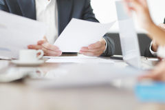 Geschäftsleute, die bei einer Sitzung zusammenarbeiten Stockfotos